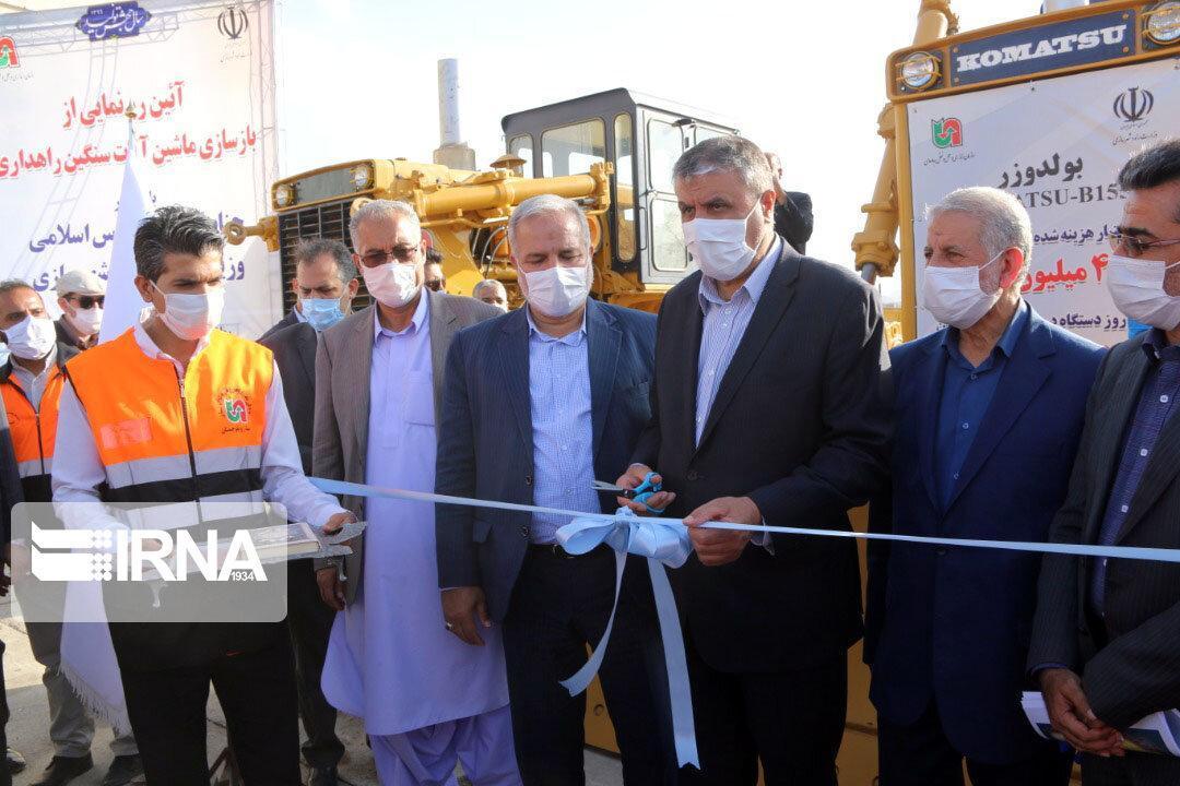 خبرنگاران اسلامی از یک دستگاه بولدوزر بازسازی شده راهداری سیستان و بلوچستان رونمایی کرد