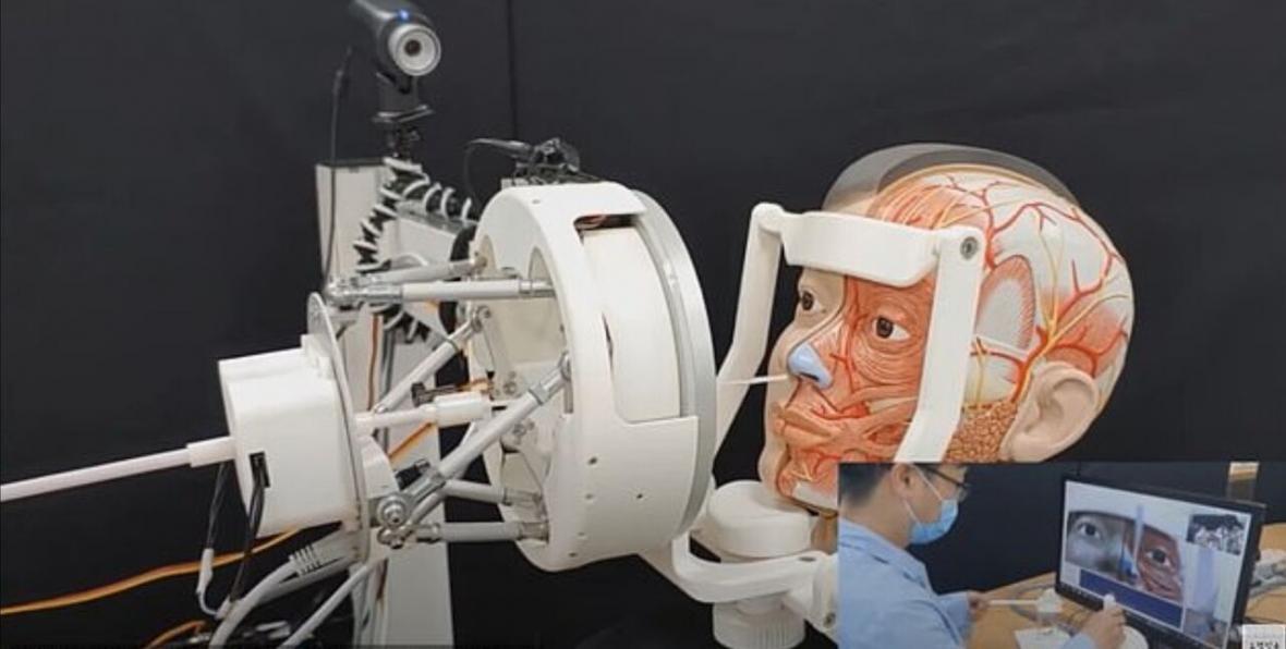 نمونه گیری از بیماران کرونایی توسط روبات